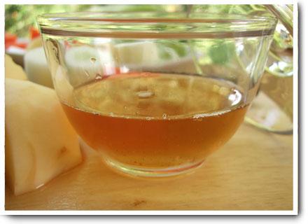黄金色に輝く干し椎茸の戻し汁